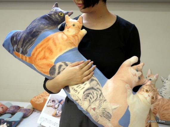 にゃんともぜいたくな 猫まみれハーレムクッション
